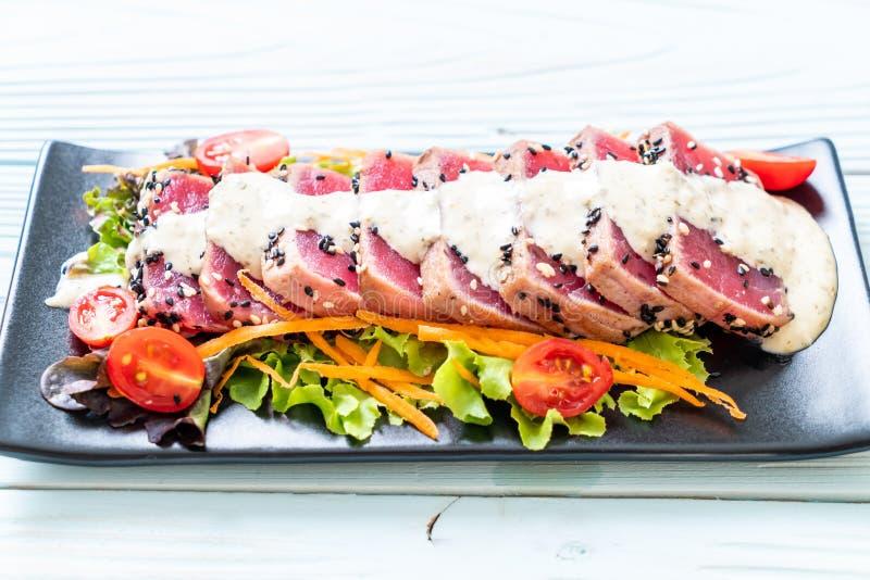tonno fresco crudo con insalata e salsa di verdure fotografie stock