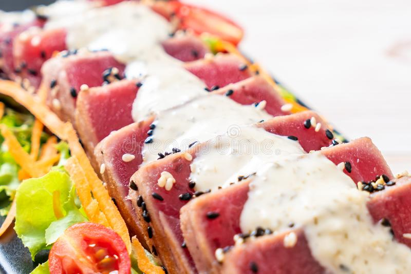 tonno fresco crudo con insalata e salsa di verdure immagine stock libera da diritti