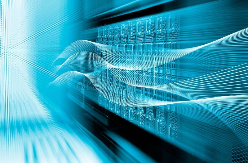 Tono azul del primer y de la falta de definición del centro de datos del estante de equipo del servidor de la cuchilla fotos de archivo