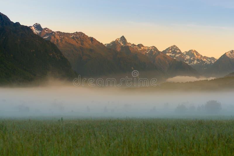 Tono de la salida del sol de la mañana en el parque nacional de Milford Sound Fiordland, Nueva Zelanda fotografía de archivo