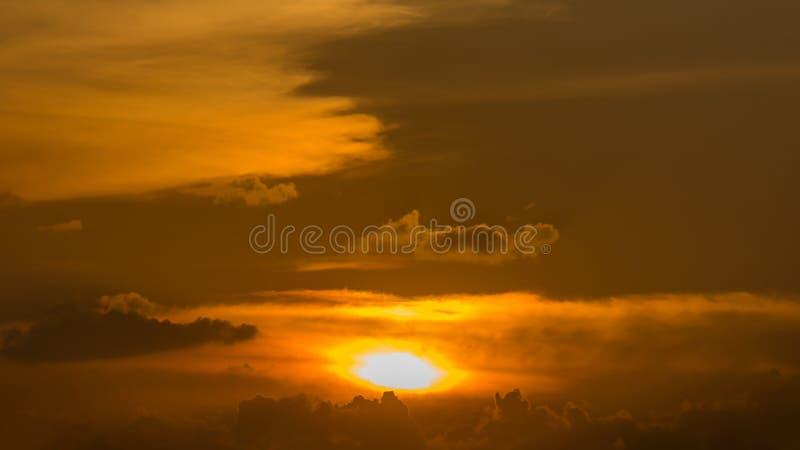 Tono giallo o arancio dorato e nuvole del cielo dell'oro al tramonto o al tempo uguagliare immagini stock libere da diritti