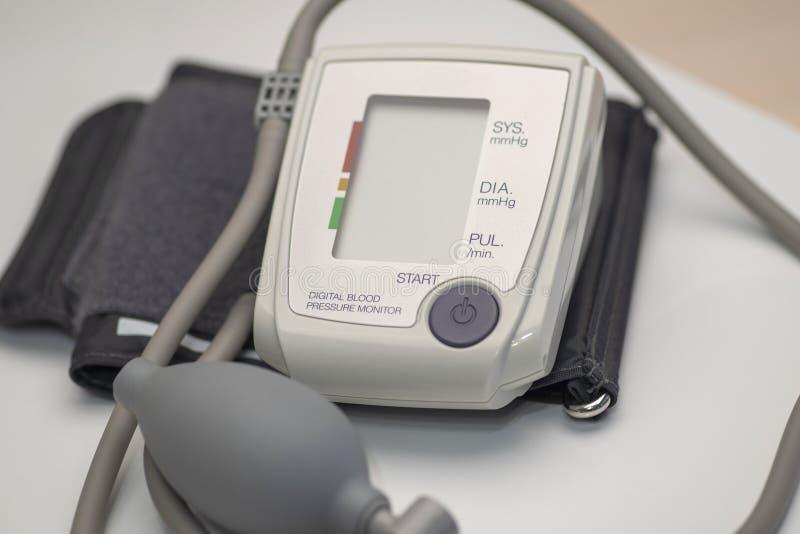 Tonometer, aparato médico para medir la presión arterial, espacio para el texto en la pantalla fotografía de archivo