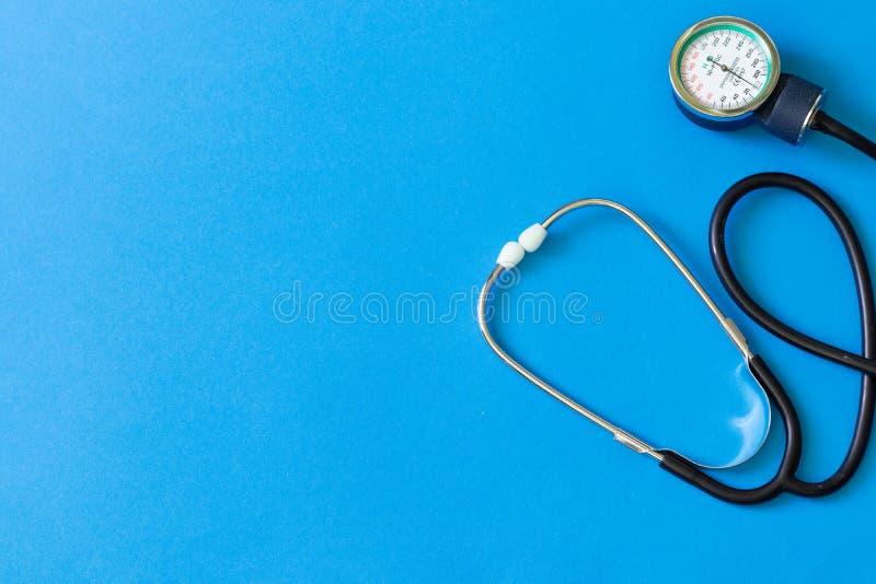 Tonometer e um manômetro, estetoscópio para que o diagnóstico meça da pressão sanguínea e pulso imagens de stock royalty free