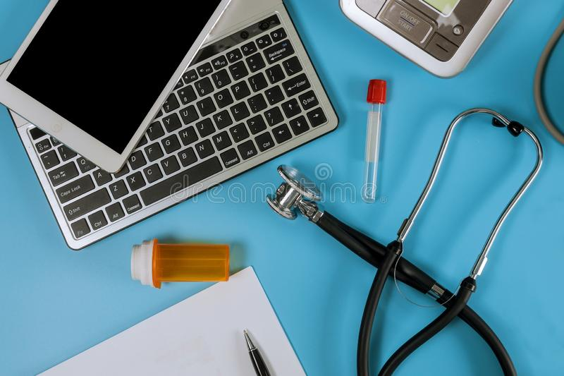 Tonometer elétrico moderno e um estetoscópio em um monitor da pressão sanguínea de teclado de computador fotografia de stock