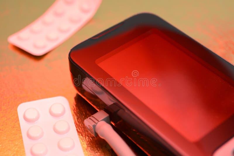 Tonometer, lekarstwo pigułki, nadciśnienie ryzyko atak serca i uderzenie, obrazy royalty free
