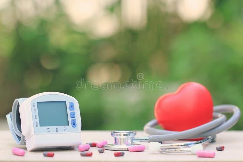 Tonometer médico para a pressão sanguínea de medição com estetoscópio foto de stock royalty free