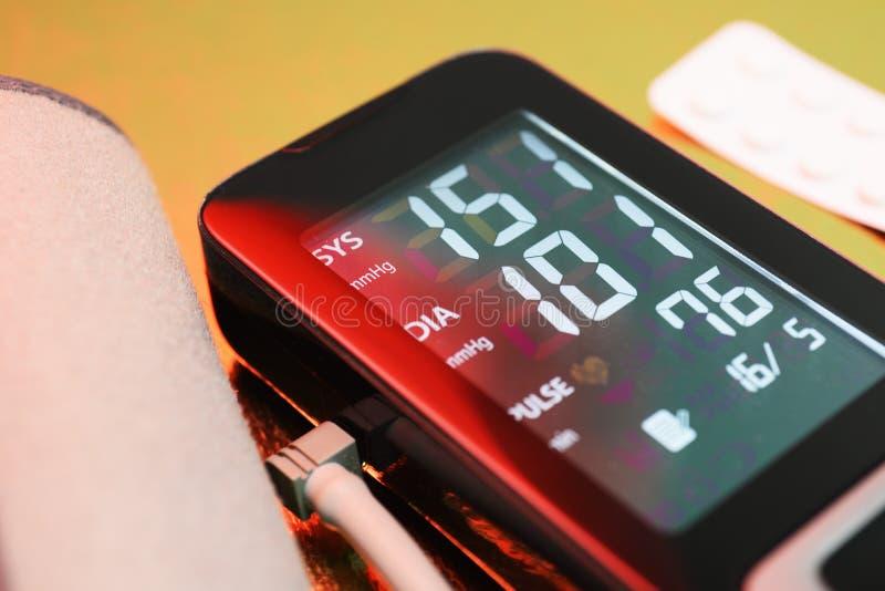 Tonometer - sposoby dla pomiarowego ciśnienia krwi Wysokiego ciśnienia krwi nadciśnienie Niebezpieczny stan zdrowie fotografia royalty free