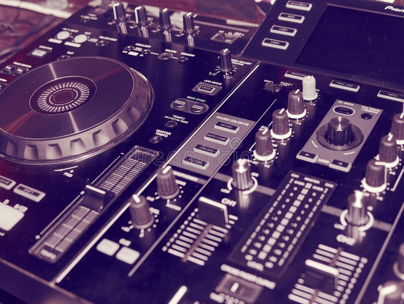 Tonregiepultdetail, Abschluss oben DJ-Berufsmusikkonsole Weitwinkelfoto des schwarzen Tonmeisterprüfers mit Griffen stockfotos