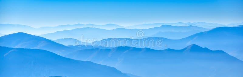 Tons brumeux de bleu d'horizons image stock
