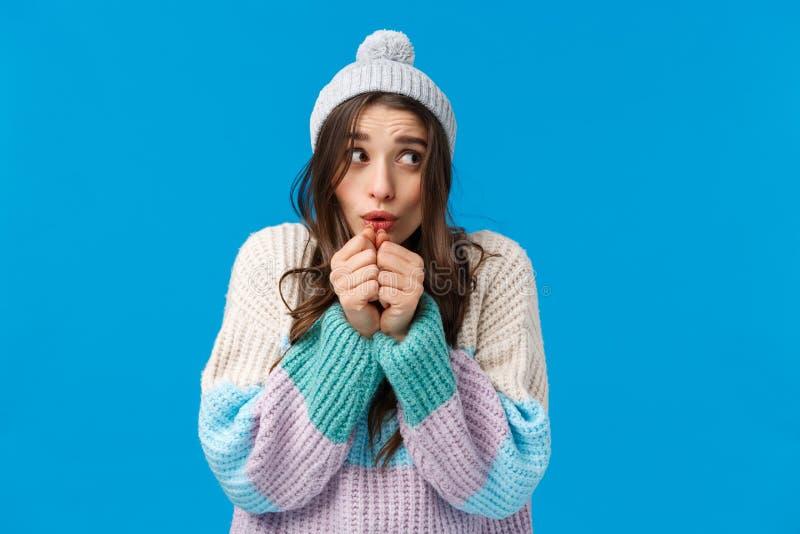 Tonta Adorable Mujer Joven En Sombrero De Invierno Suéter Temblando Del Frío Soplando Aire Caliente En Las Manos Para Calenta Foto De Archivo Imagen De Fondo Camera 169341178