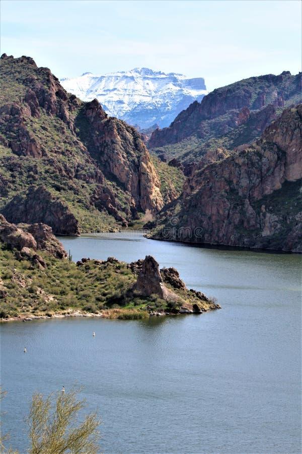 Tonto nationalskog, bergskedja på kanjon sjön, i Arizona, Förenta staterna fotografering för bildbyråer