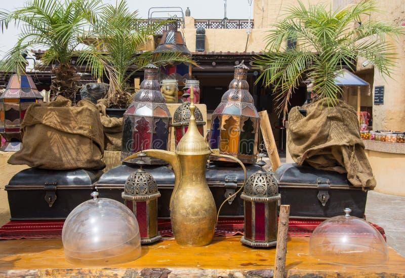 Tonware im arabischen Restaurant stockbilder