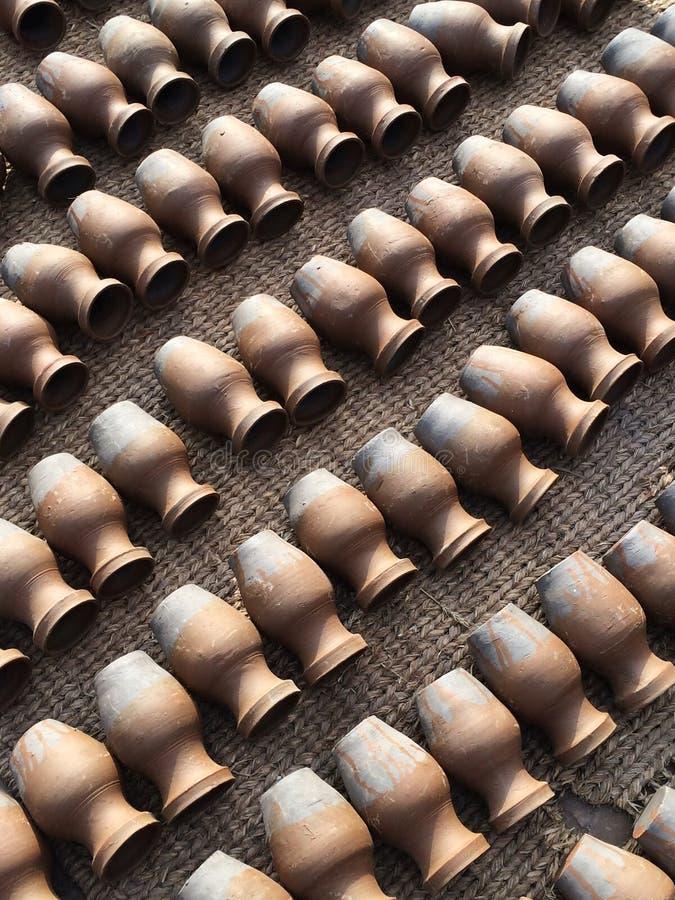 Tonwaren, die in den diagonalen Linien liegen Konzept der Verdopplung, Qualität, Handwerk stockfotografie