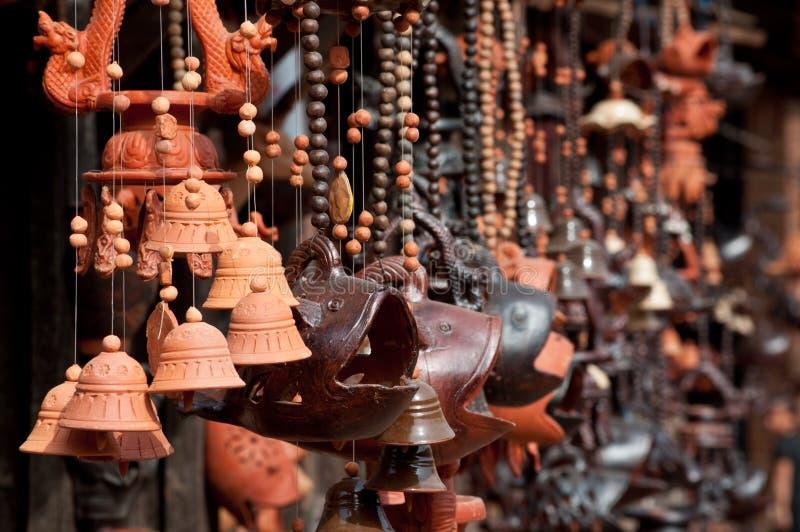 Tonwaren und verschiedene keramische Handwerkkünste im market lizenzfreies stockbild