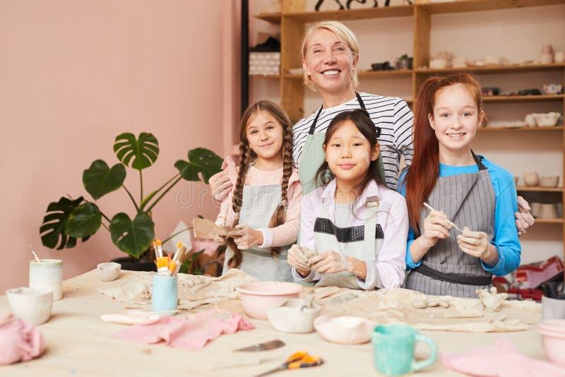 Tonwaren-Werkstatt für Kinder stockbild