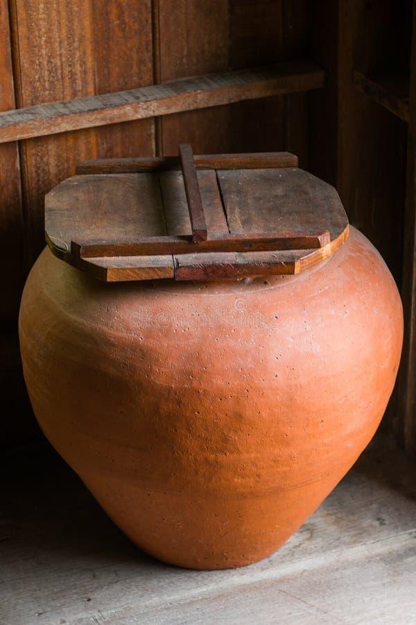 Tonwarenglas für Trinkwasser ist eine alte Kultur, die z.Z. für Anzeige und Inneneinrichtung benutzt wird lizenzfreie stockfotos