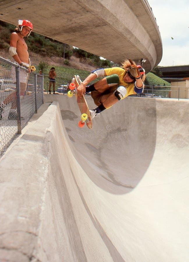 5 Tony Alva en el aire de cogida del medio tubo en el oasis imagenes de archivo