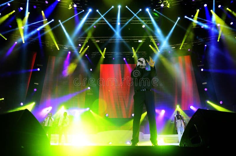 Tony Carreira na fase, concerto da música, projetores coloridos foto de stock royalty free