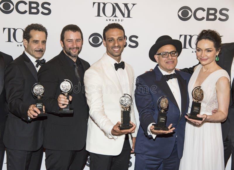 Tony Shalhoub y Katrina Lenk en Tony Awards 2018 imagenes de archivo