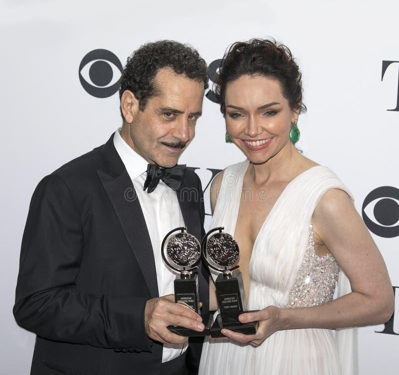 Tony Shaloub y Katrina Lenk Display Their Tony Awards 2018 fotografía de archivo