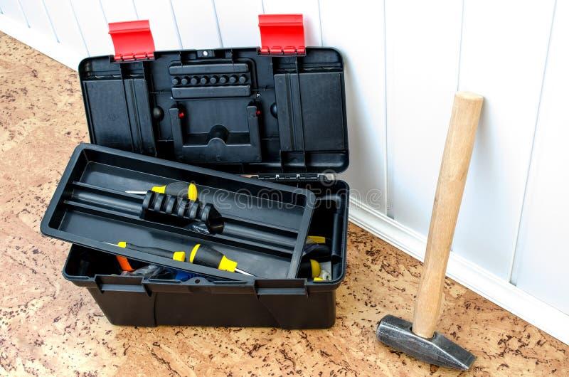 Toolbox och en hammare royaltyfri bild