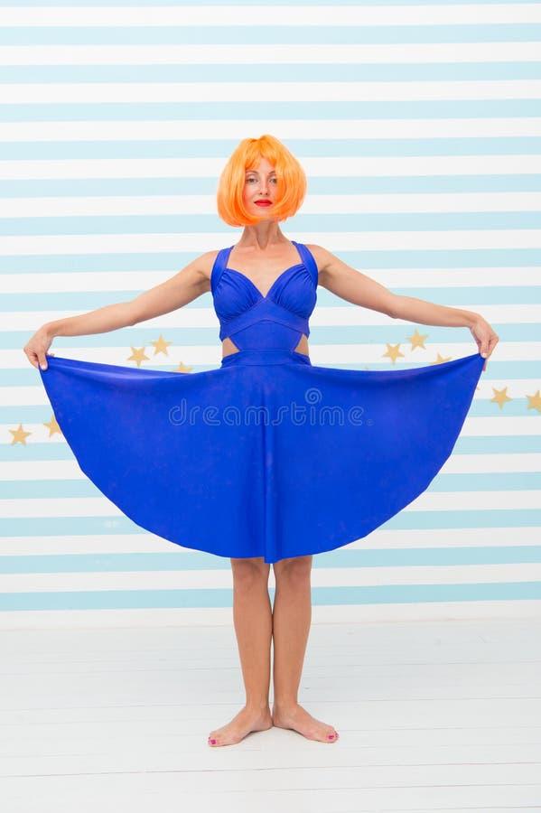 Toont de manier glimlachende vrouw blauwe kledingsrok in danswinkel de gekke vrouw in grappig stelt van ballerinadanser grappige  royalty-vrije stock afbeeldingen