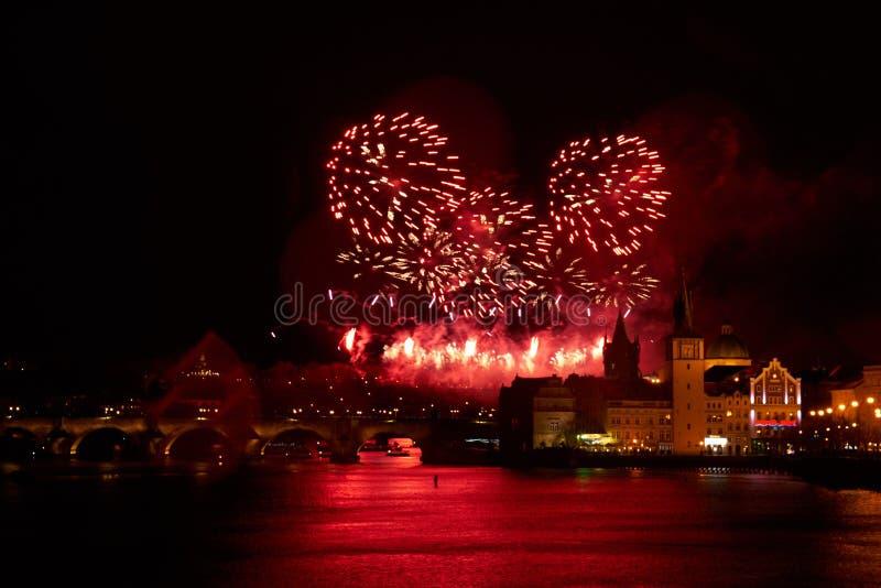 2019 toont het Nieuwjaarvuurwerk over Praag stock foto