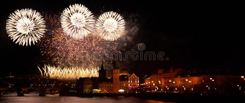 2019 toont het Nieuwjaarvuurwerk over Praag stock afbeelding