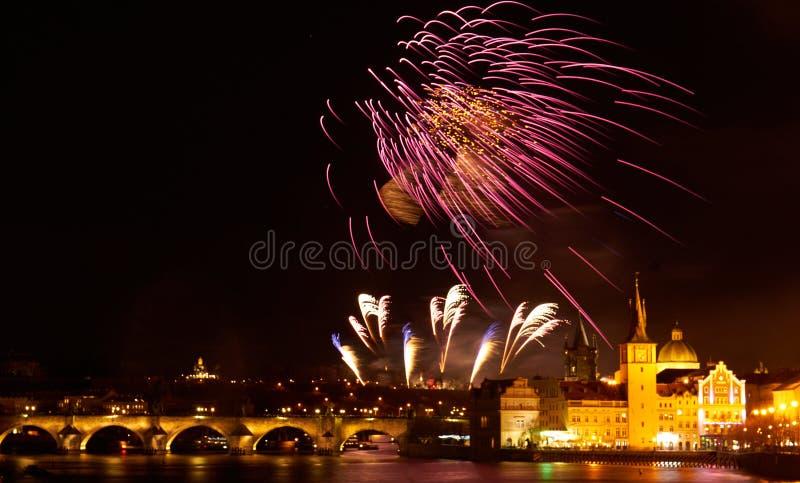 2019 toont het Nieuwjaarvuurwerk over Praag royalty-vrije stock foto's