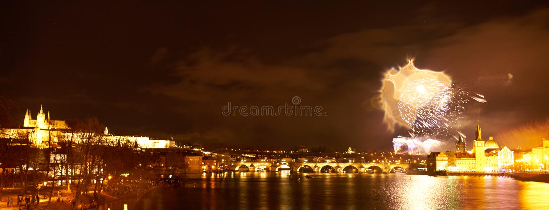 2019 toont het Nieuwjaarvuurwerk over Praag stock foto's