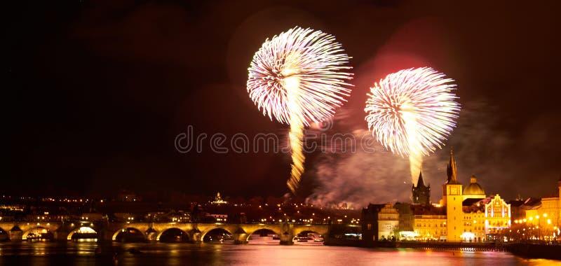 2019 toont het Nieuwjaarvuurwerk over Praag stock fotografie