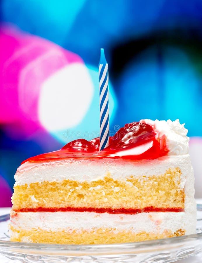 Toont Verrukkelijke Stukken en de Gesneden Cake van de aardbeiverjaardag stock foto