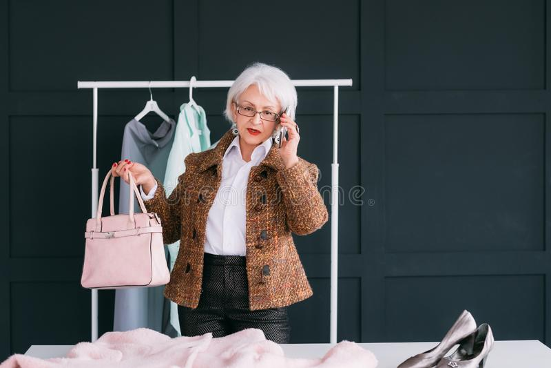 Toonzaalvip het hogere bedrijfsvrouw in winkelen stock fotografie