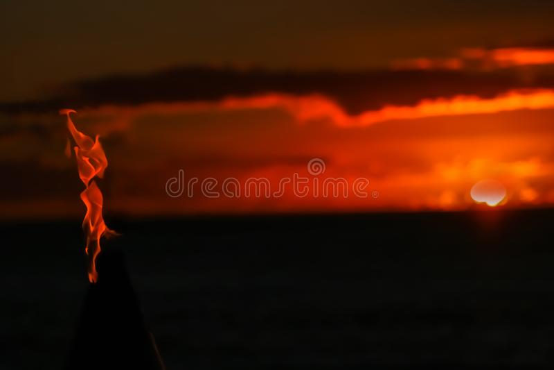 Download Toortsbrand In Voorgrond Met Gedempte Zonsondergang Over Overzees In Backgroun Stock Afbeelding - Afbeelding bestaande uit nighttime, stil: 107703725