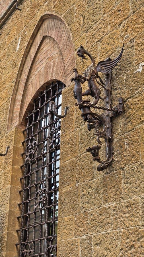 Toortstribune met draak als stadssymbool, een detail van de middeleeuwse bouw in Voltera, Toscanië stock foto