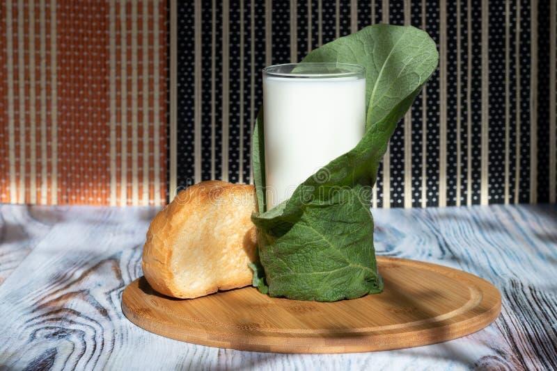 Toost en melk in een glas op een dienblad van bamboe Ecoproduct voor dieet en gezonde voeding royalty-vrije stock foto's