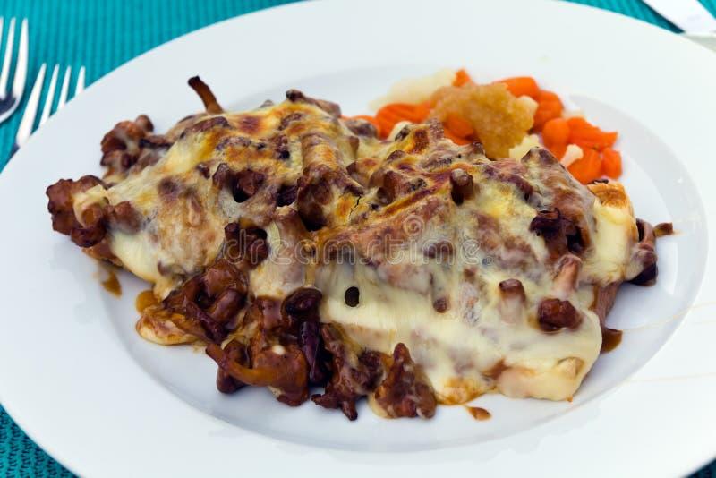 Toost met Filet van Kalfsvlees, Au-gratin met kaas en cantharel stock foto's
