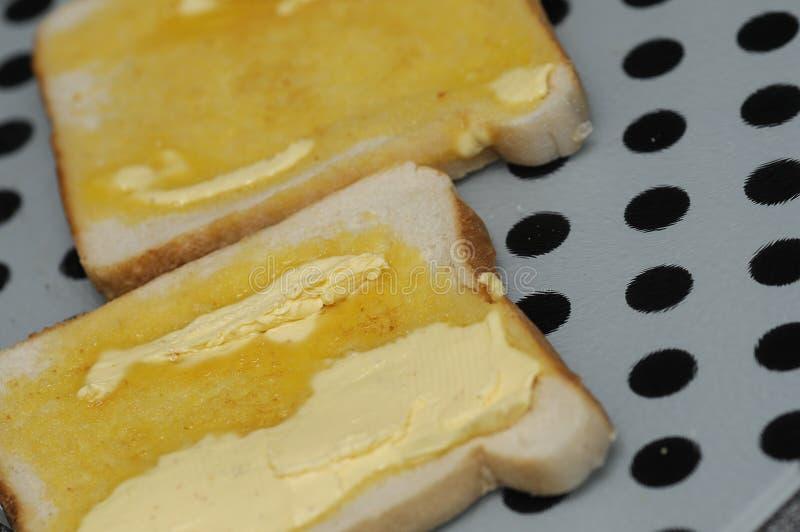 Toost met het boter smelten stock foto