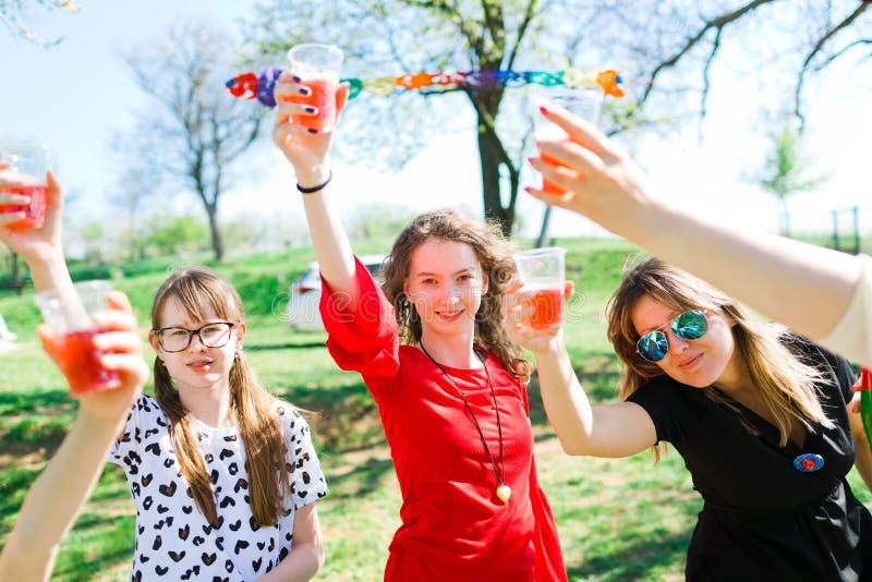 Toost met kindchampagne op de partij van de verjaardagstuin - plastic koppen royalty-vrije stock foto