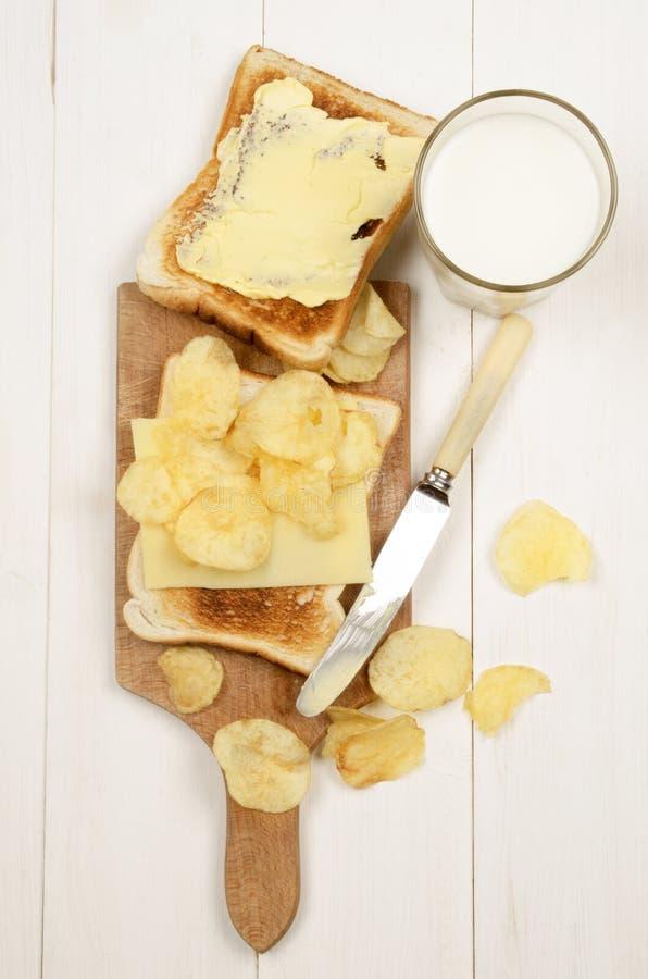Toostbrood met een plak van milde Ierse cheddar royalty-vrije stock fotografie