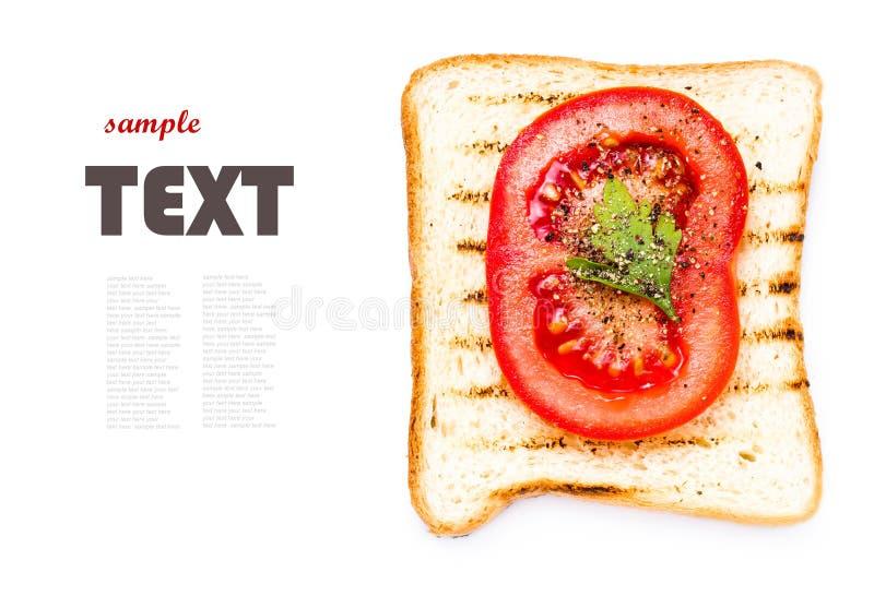 Toostbrood, tomaat en kruiden, op witte achtergrond, CLO wordt geïsoleerd dat royalty-vrije stock fotografie