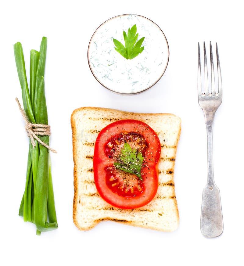 Toostbrood, tomaat en kruiden, op witte achtergrond, CLO wordt geïsoleerd dat royalty-vrije stock foto's