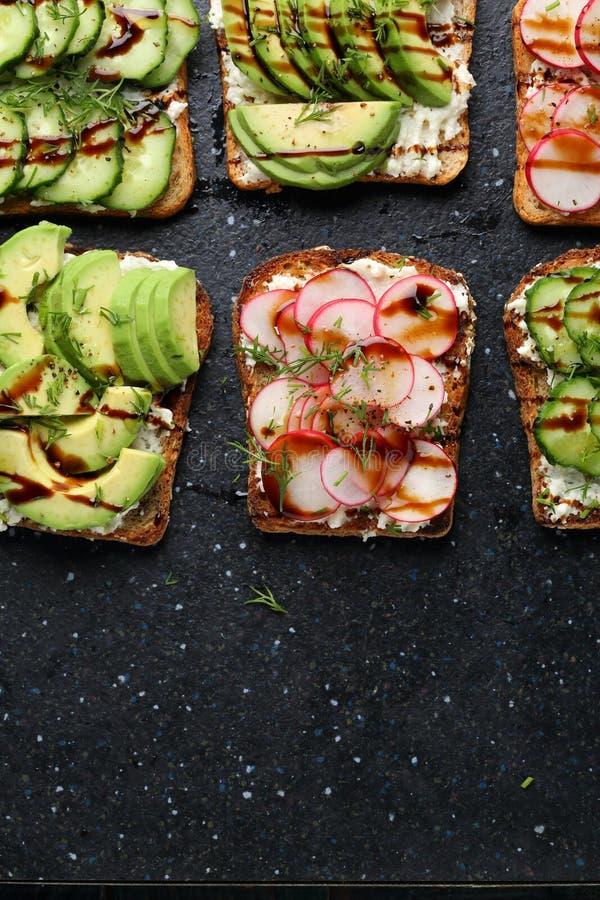 Toosts met groenten en kaas stock foto