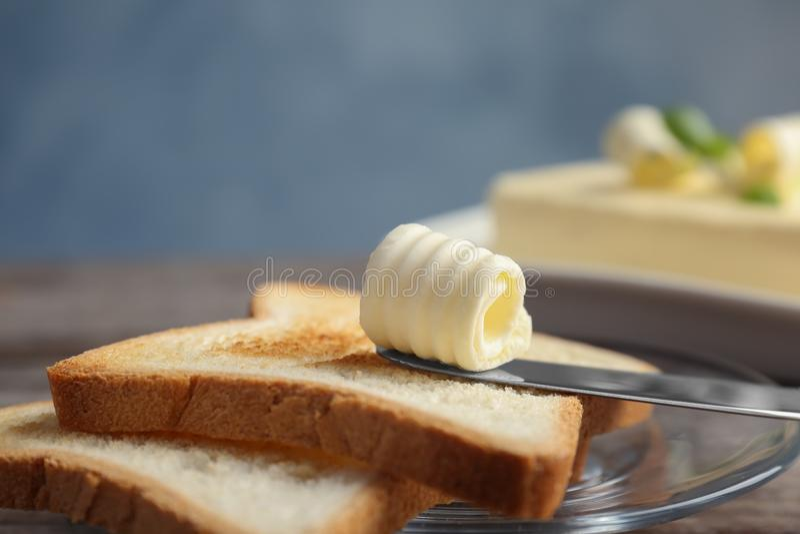 Toosts met smakelijke boterkrul op plaat royalty-vrije stock fotografie