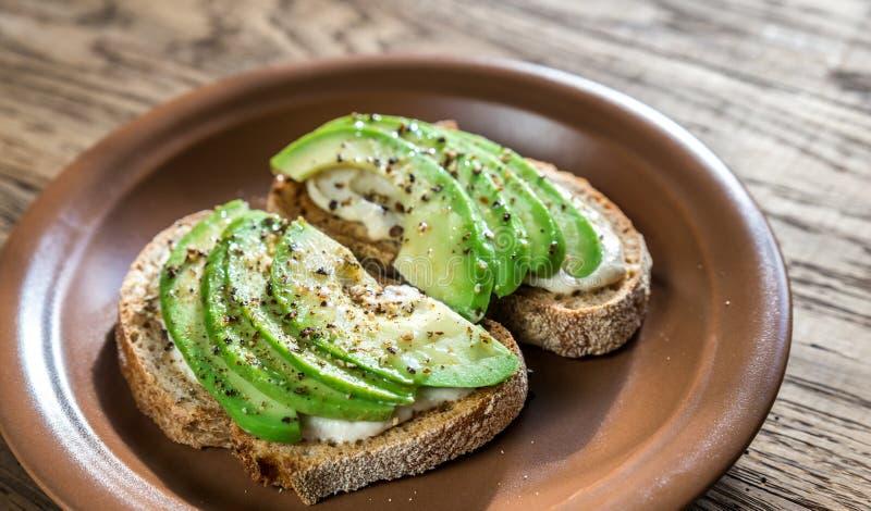 Toosts met tahinisaus en gesneden avocado royalty-vrije stock afbeelding