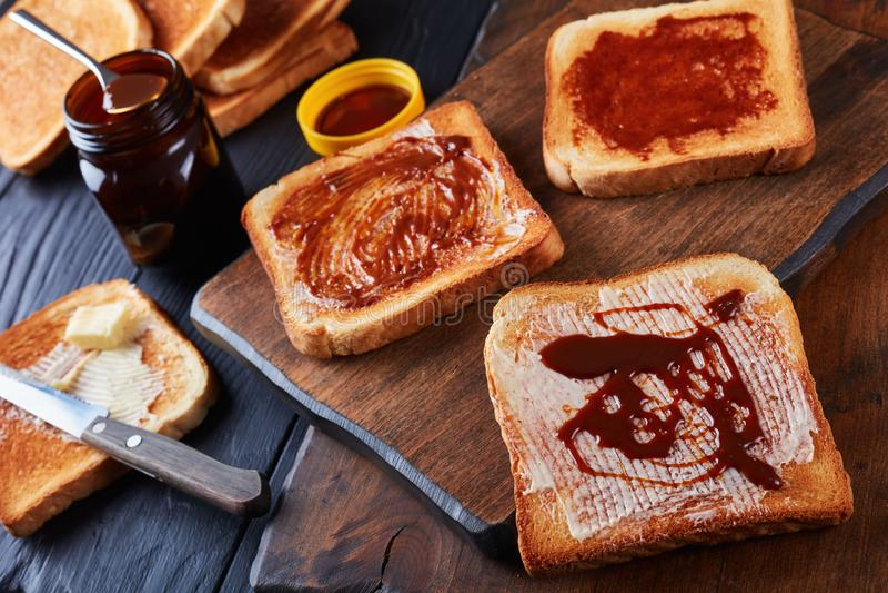 Toosts voor ontbijt met boter en vegemite stock foto