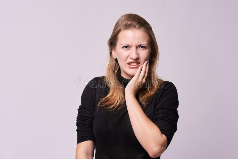 toothache Unangenehme Empfindungen Schönes Mädchen lizenzfreies stockfoto