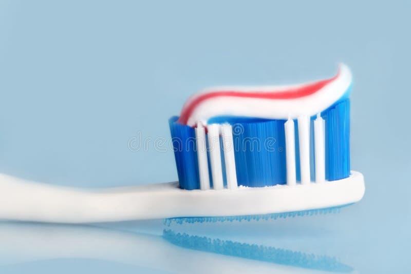 Toothbrush com dentífrico foto de stock