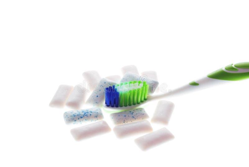 Toothbrush com goma de mastigação no fundo branco fotografia de stock