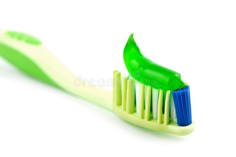 Toothbrush com o dentífrico verde isolado foto de stock royalty free